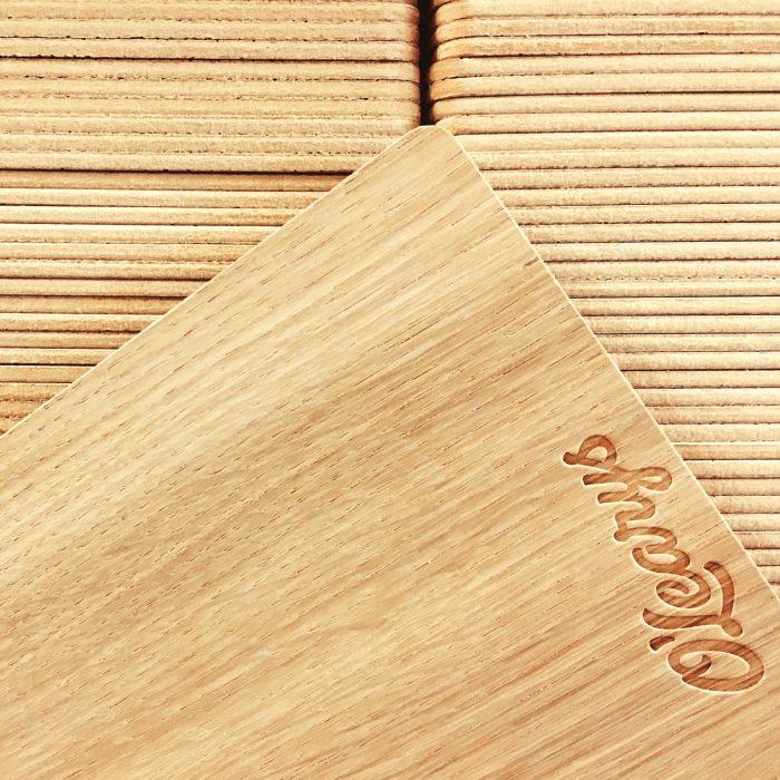 Menyplatta i trä med detaljer beställd av Olearys